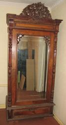 Старинный резной шкаф с зеркалом