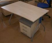 Стол офисный на металлическом каркасе.